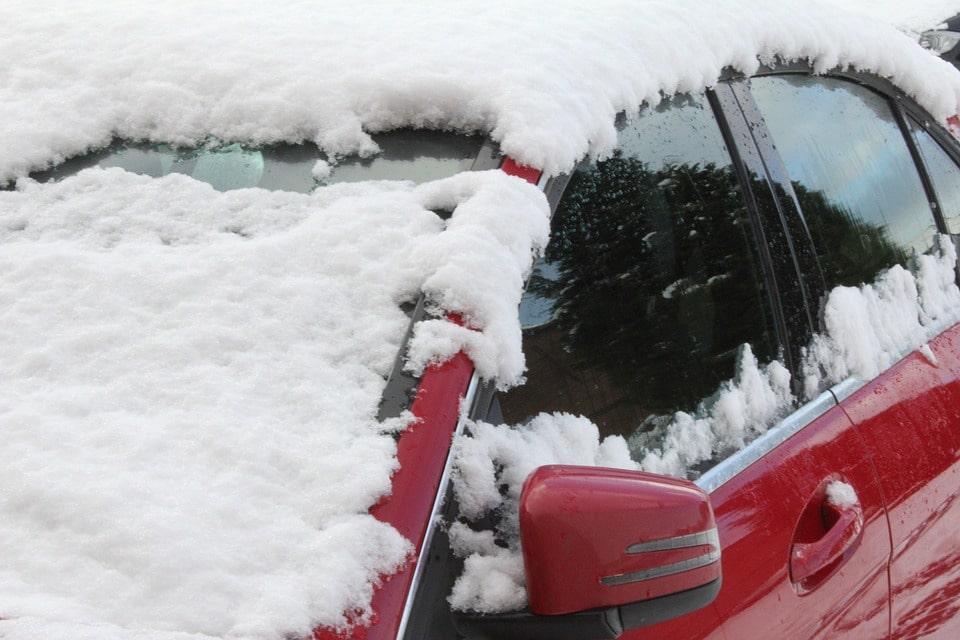 4 pasos para quitar el hielo del limpiaparabrisas de tu coche